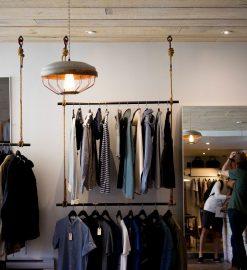 Ubrania damskie, które warto mieć w swojej szafie